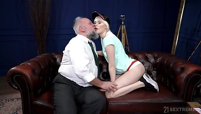 Young hon gets her hands vulnerable a huge learn of that's old but fierce